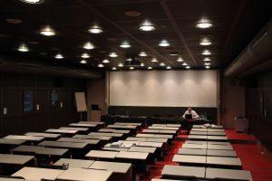Der Veranstalter - Dr.Oddsson bei den Vorbereitungen im Hoersaal